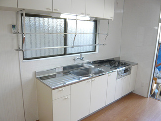 キッチンリフォーム 明るい色合いの自宅介護向けバリアフリー住宅