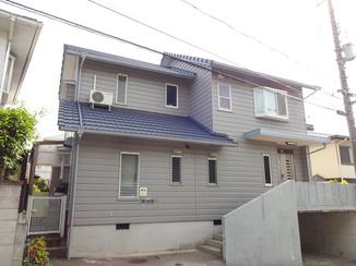 外壁・屋根リフォーム 白い壁に映える鮮やかな青い屋根