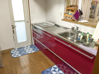 キッチンリフォーム ワインレッドが白い壁紙に映えるキッチン空間