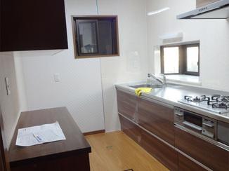 キッチンリフォーム 落ち着きを感じるお部屋と、明るくすっきりレイアウトのキッチン