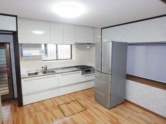 キッチンリフォーム 昇降式の吊戸棚で収納力アップ!明るく清潔なキッチンスペースに