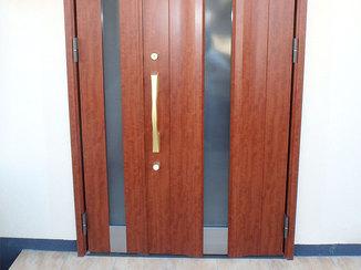 エクステリアリフォーム 特注サイズで高さを取った玄関ドア