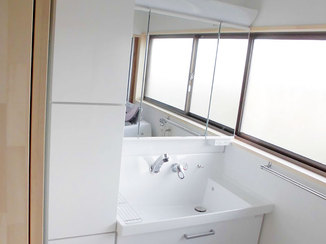 洗面リフォーム 収納棚をつけることですっきりとした洗面所